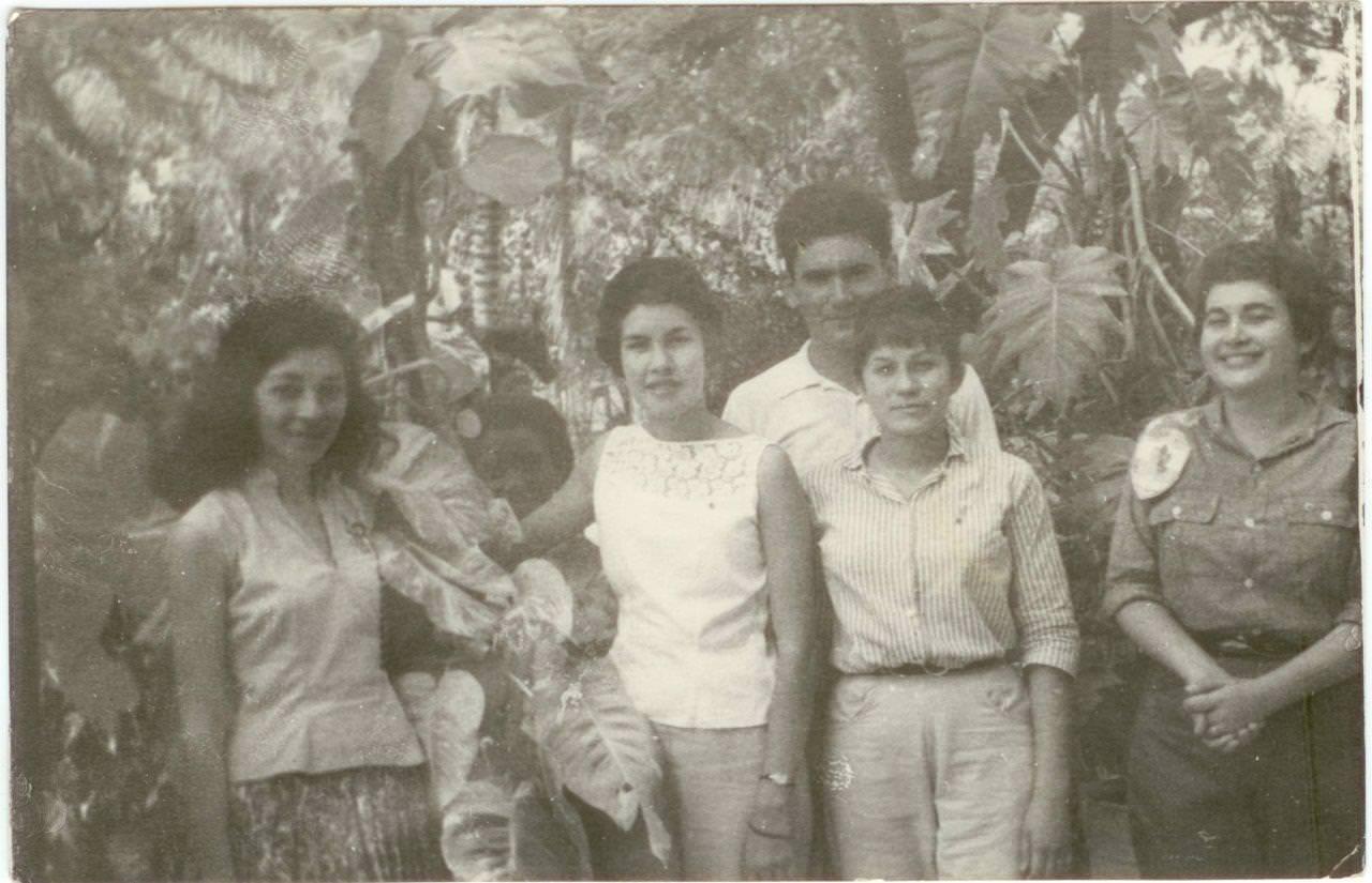 48. Попов Геннадий Александрович с кубинскими девушками. Республика Куба. 1961 г.