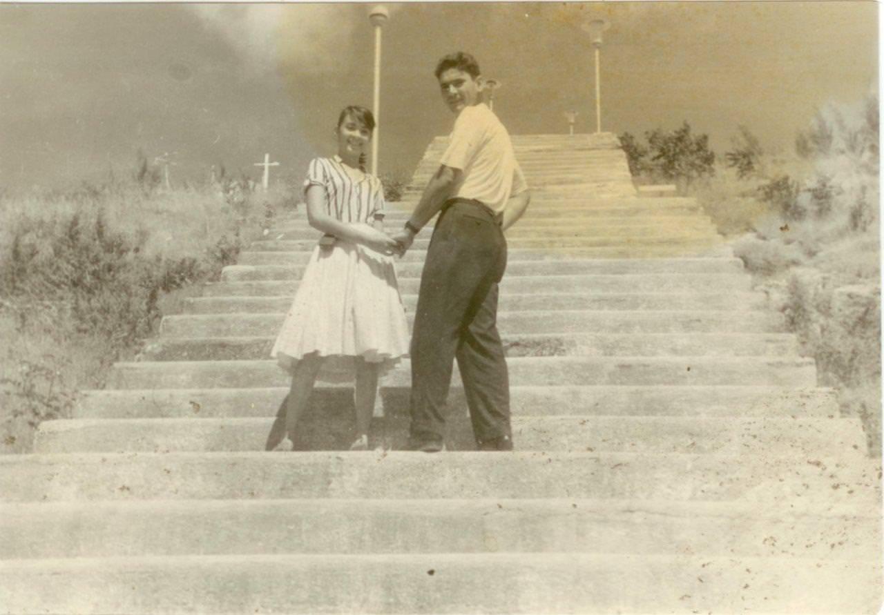 49. Попов Геннадий Александрович с кубинской девушкой. Республика Куба. 1961 г.