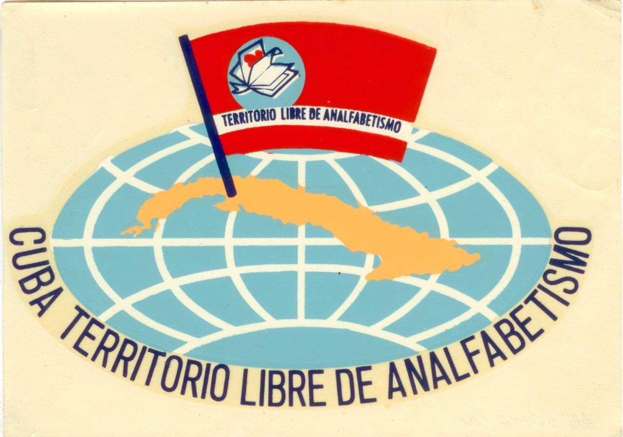 73. Наклейка «Cuba territorio libre de  analfabetismo» (Куба - территория свободная от неграмотности). 1961 г. Республика Куба.