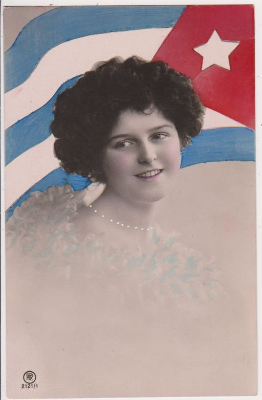Леди с ожерельем на фоне кубинского флага.