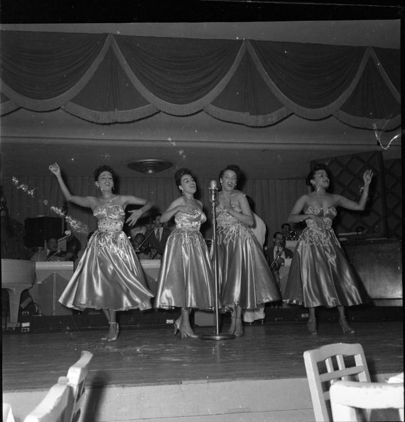 1950-е годы. Танцовщицы кабаре.