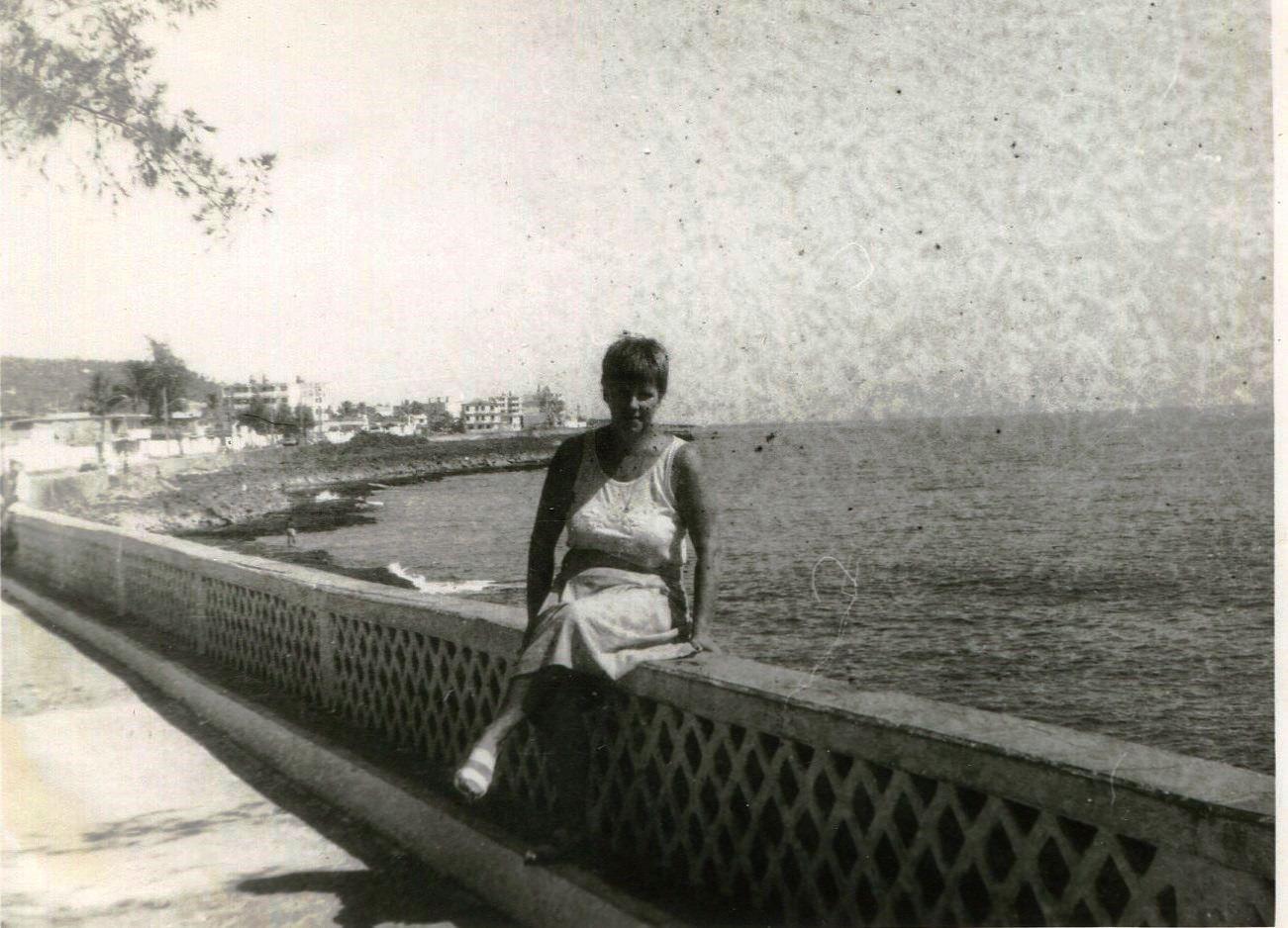 1989. Баракоа. Руденко Валентина на набережной