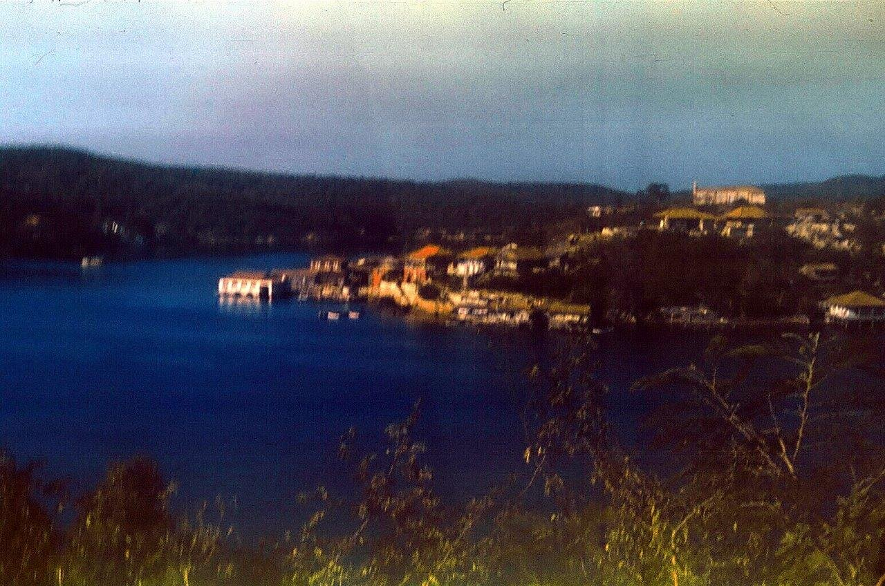 1983-1986. Сантьяго-де-Куба. На ближнем плане - остров Кайо Гранма в бухте Сантьяго-де-Куба. Остров с домиками. Фото 1