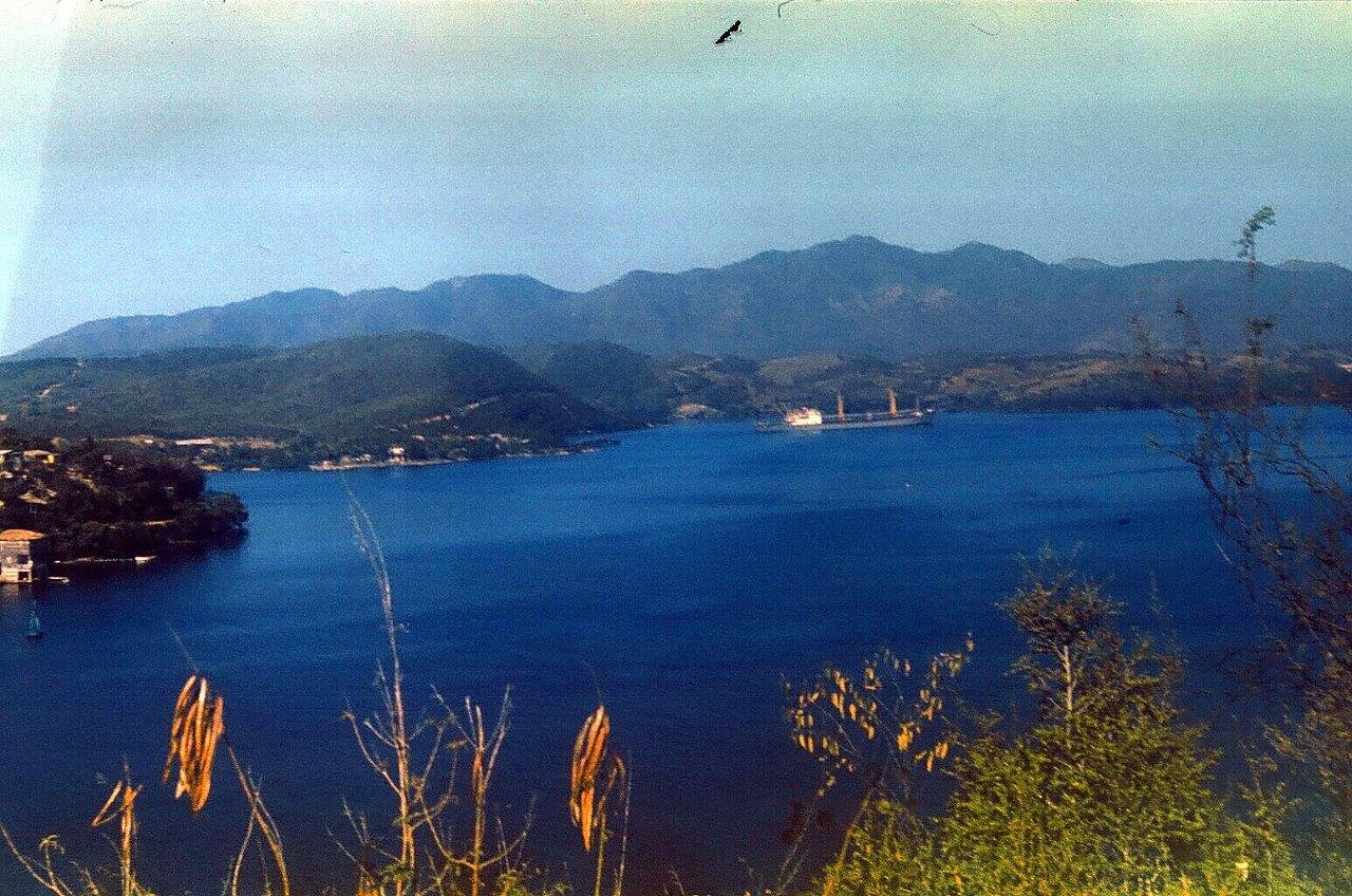 1983-1986. Сантьяго-де-Куба. На ближнем плане - остров Кайо Гранма в бухте Сантьяго-де-Куба. Остров с домиками. Фото 2