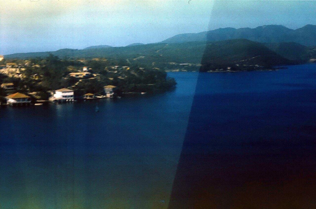 1983-1986. Сантьяго-де-Куба. На ближнем плане - остров Кайо Гранма в бухте Сантьяго-де-Куба. Остров с домиками. Фото 3