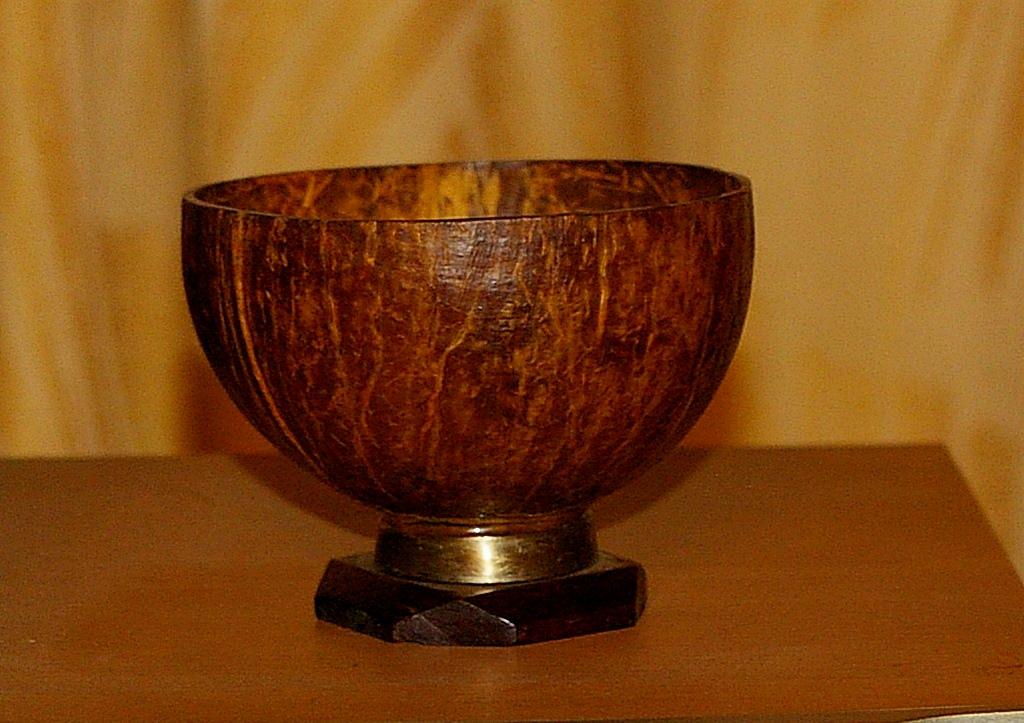 Чаша из кокосового ореха. Подставка из красного дерева.