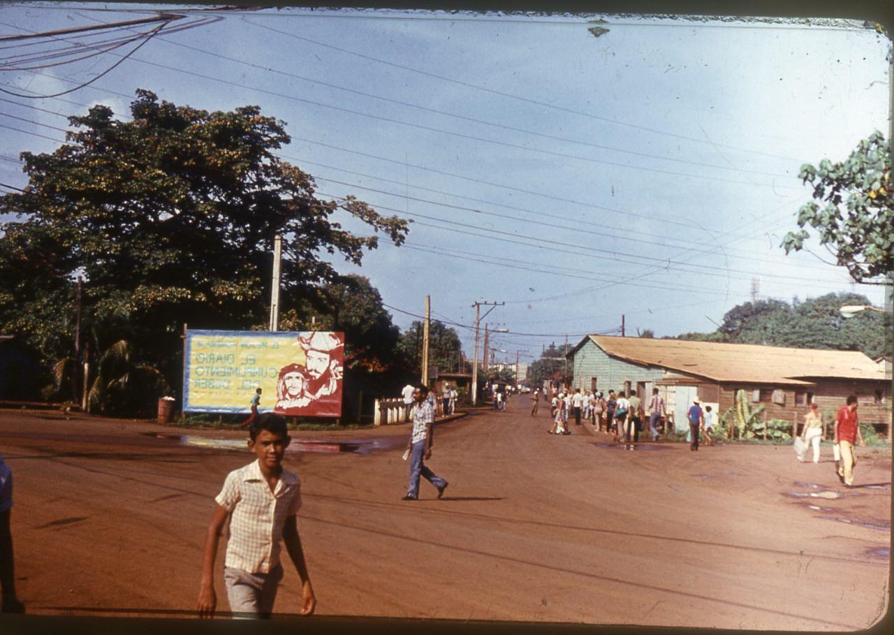 1983-1985. Одна из улиц Моа по дороге из Роло в Лас-Колорадас.