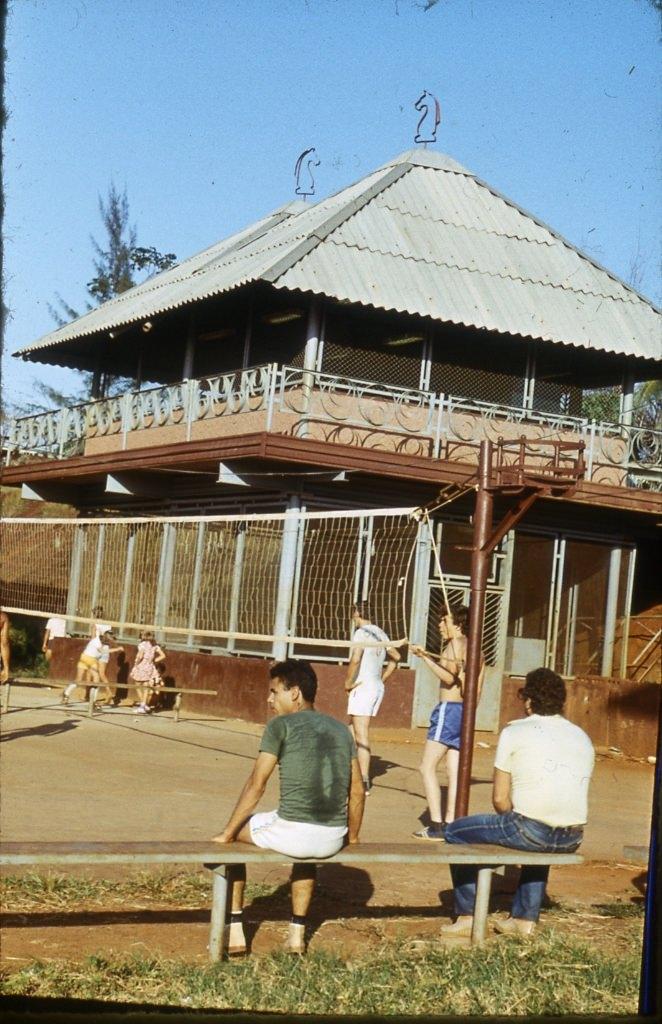 1983-1985. Серия 1. Фото 03. Волейбольная площадка в Роло (возле Роло 3), на заднем плане шахматный клуб.