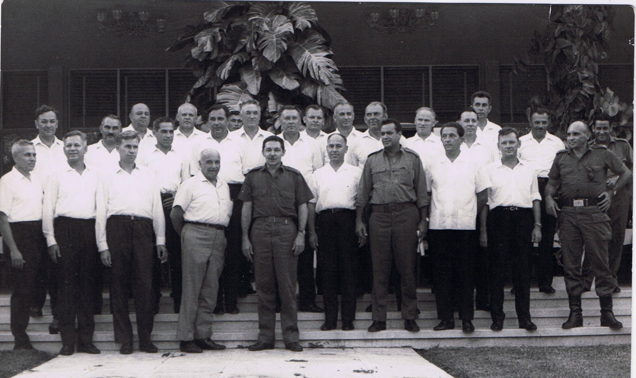 1964-1966. Рауль Кастро (в центре) с группой советских военных специалистов.