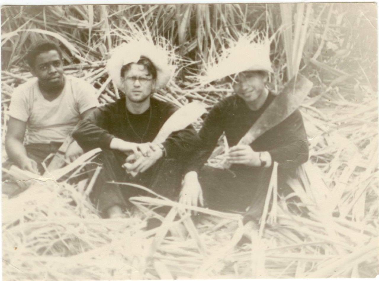 18. Шарапов Виктор Фролович (справа) и Сероносов Константин (в центре, в очках) на плантации сахарного тростника. Республика Куба. 1961-1962 гг.