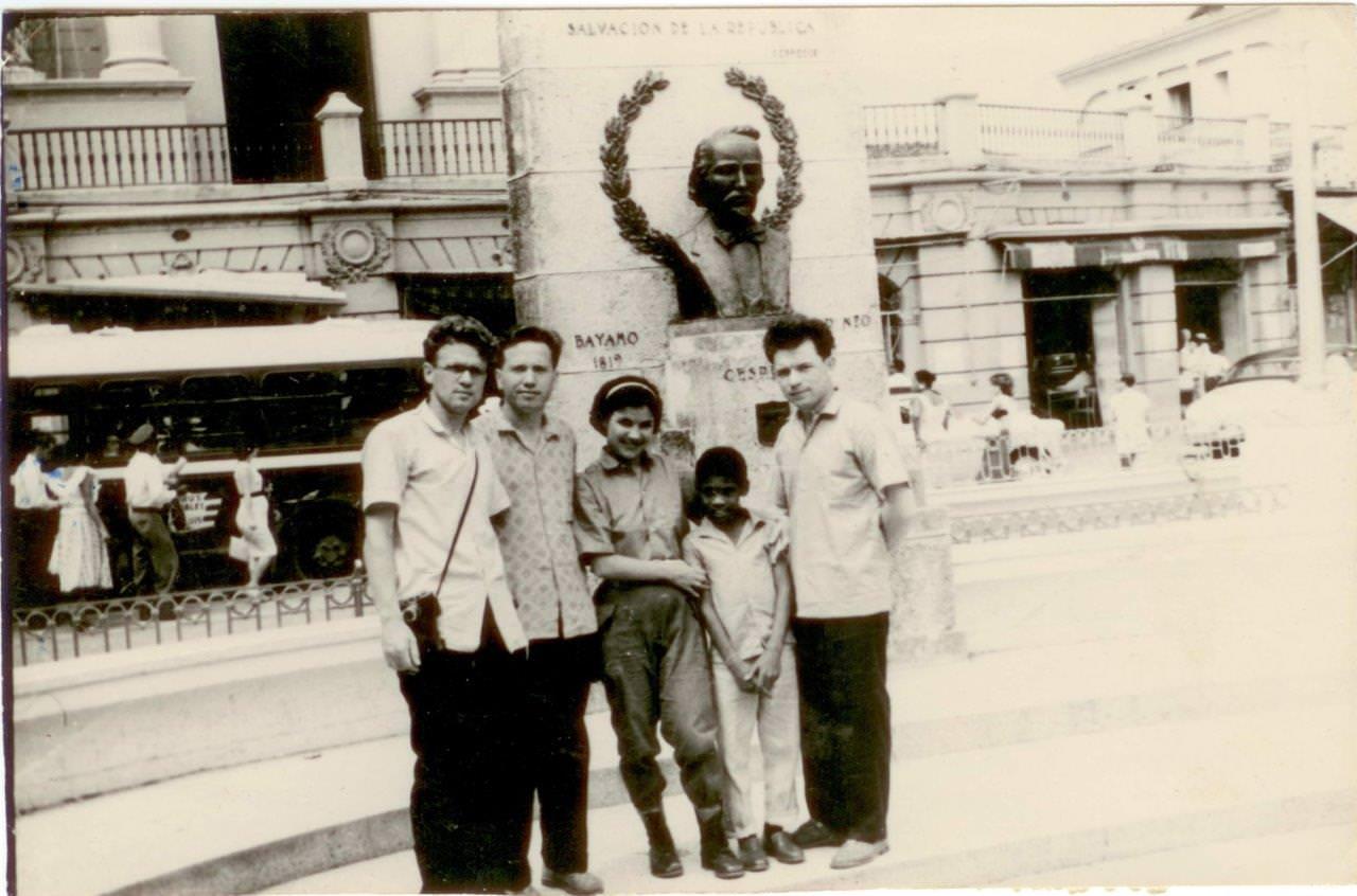 27. Шарапов Виктор Фролович (2-й слева), Сероносов Константин (1-й слева) и Пушкин Юрий (справа) в г. Сантьяго-де-Куба. Республика Куба. 1961-1962 гг.