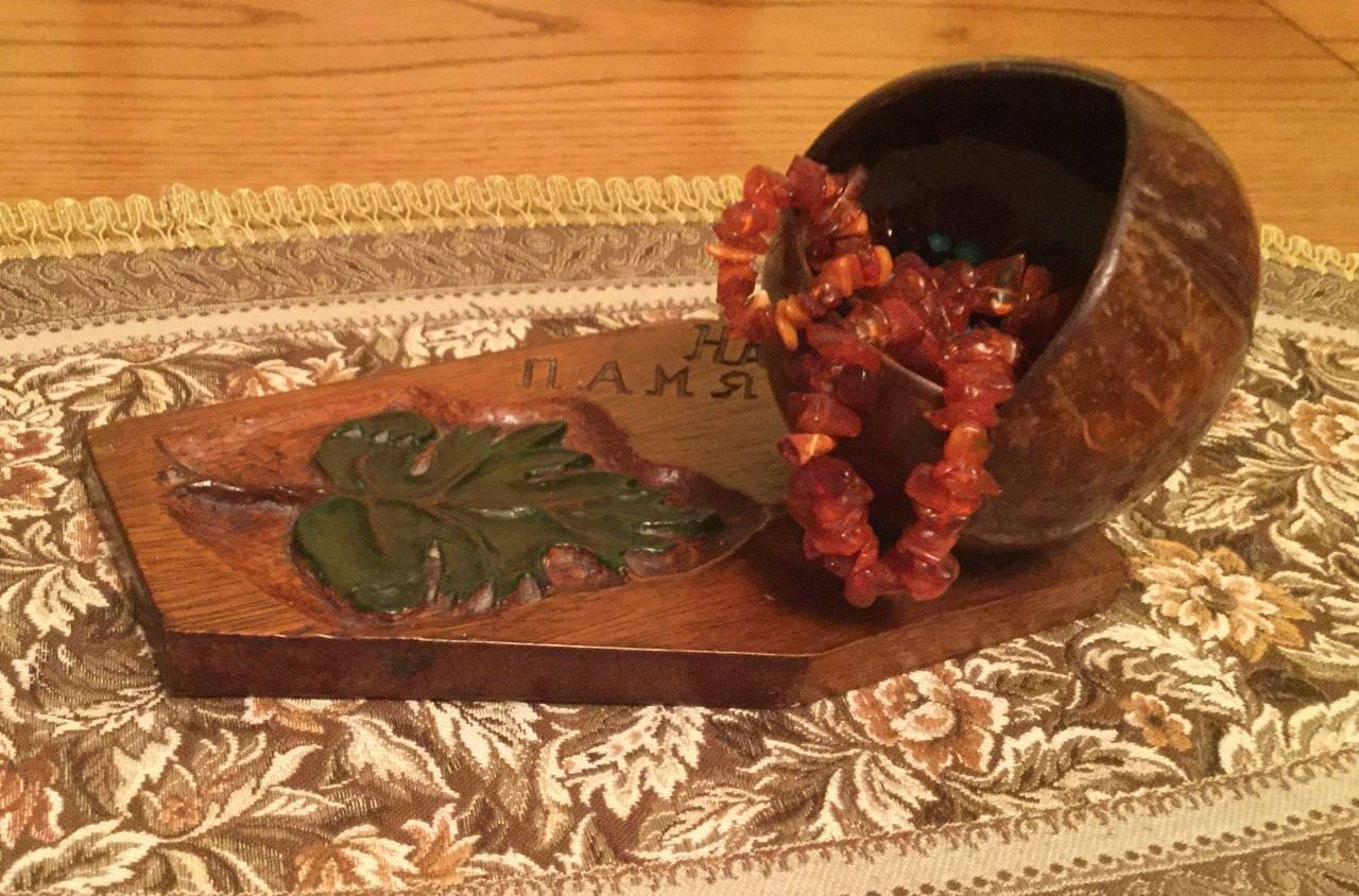 1970. Шкатулка из кокосового ореха на дощечке из пальмовой доски с резьбой виноградного листа и надписью для невесты «На память». Фото 1