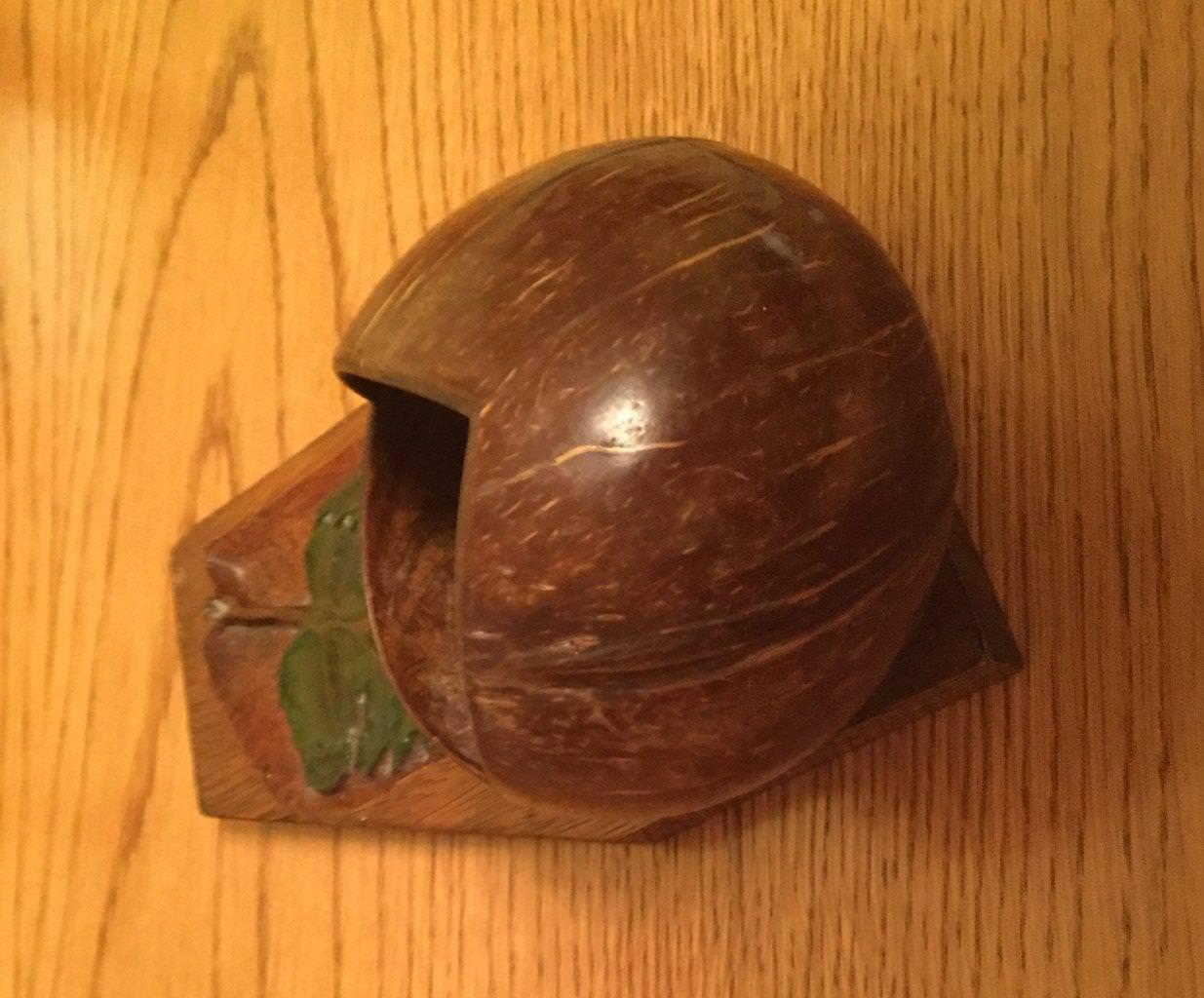 1970. Шкатулка из кокосового ореха на дощечке из пальмовой доски с резьбой виноградного листа и надписью для невесты «На память». Фото 4