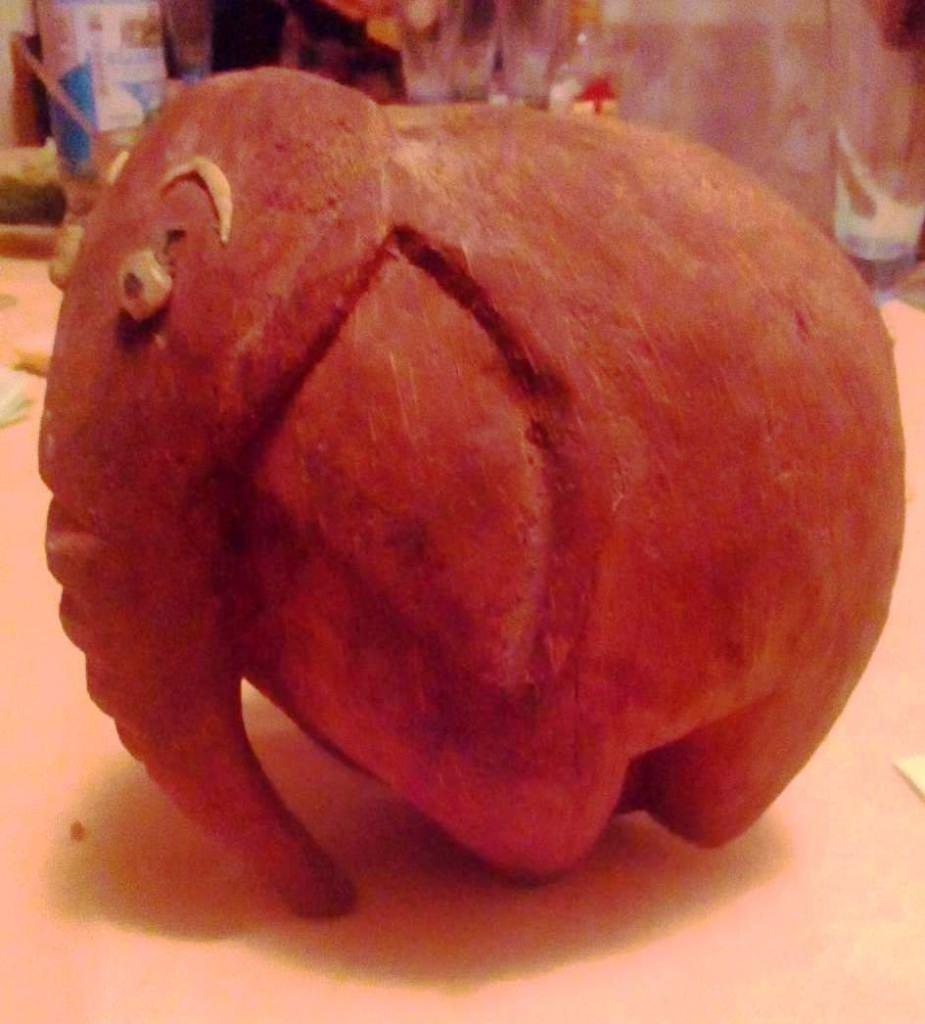 Слон из кокоса, в профиль