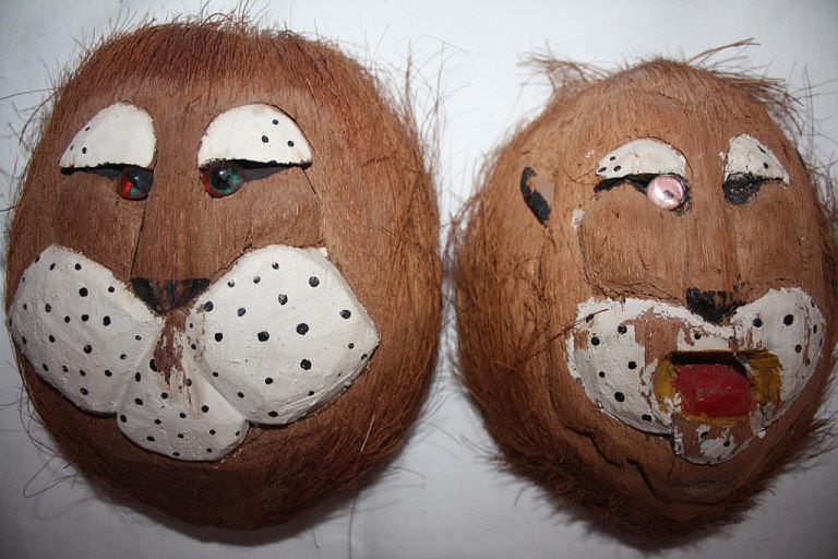 Маски львов, из половинок кокосовых орехов. Вид спереди.