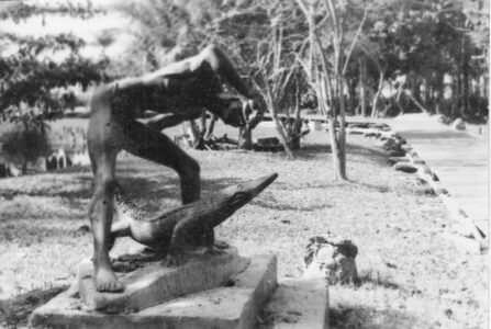 076. Памятник человеку и крокодилу