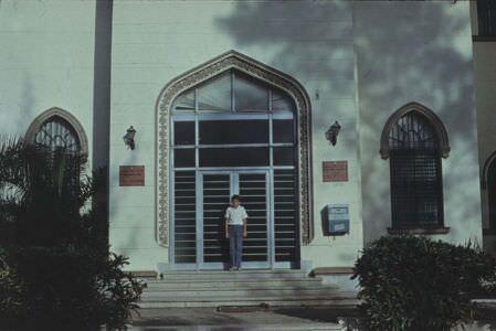 001. 1974. Ярослав Калоус на фоне Посольской школы в Гаване