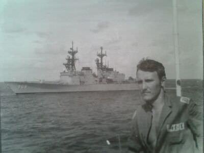 046. Рулевой-сигнальщик на фоне американского фрегата