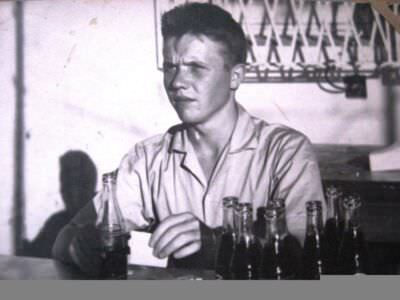 033. Срочная служба на приёмном узле связи, 1967 год. На снимке Кока-кола, просто необычные бутылки. Фото 1