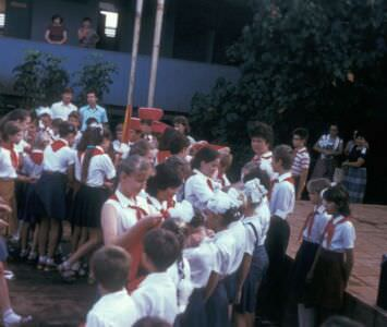 1987. Линейка во дворе школы в Колорадо. Прием в пионеры.