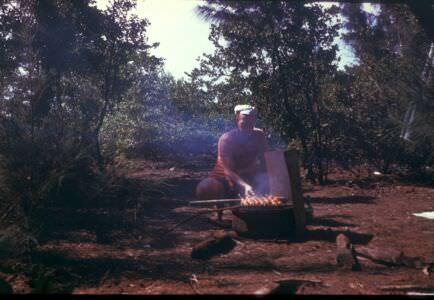 394. Андреев Николай готовит шашлыки в зарослях на берегу океана. 1987