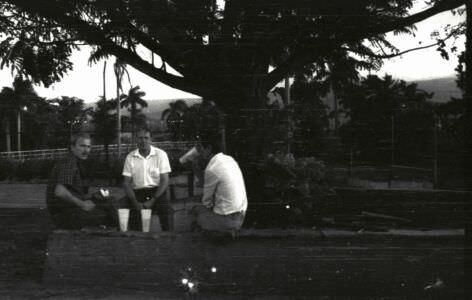 352. Спецы с пивом около интерклуба в Роло. 1987