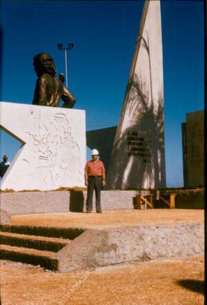 299. 1983. Памятник Че у комбината.