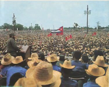 004. El pueblo escucha al Jefe de la Revolucion