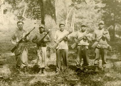12. Кубинцы с автоматами ППШ и советский солдат - крайний слева.