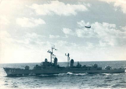 Эсминец и самолет США сопровождают наши корабли.