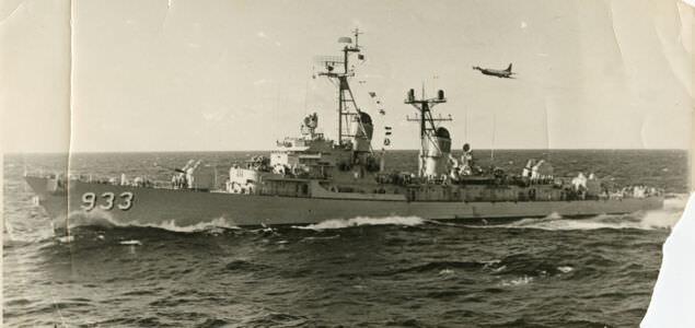 Эсминец США с номером 933.