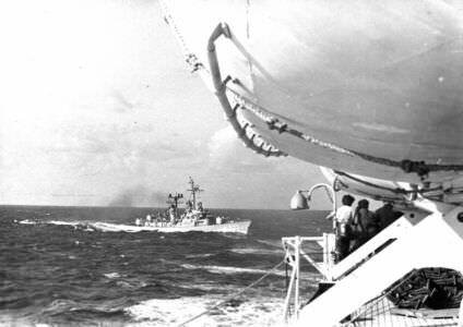 Эсминец США сопровождает советский корабль после окончания операции «Анадырь».