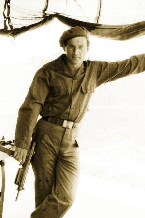 41. В советской полевой форме и с автоматом