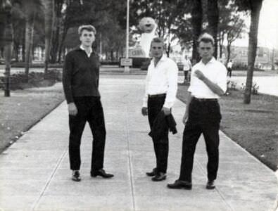13. Посещение Гаваны. Со мной  сослуживцы: справа старшина Добровольский (имени не помню), слева солдат тоже из нашей части в Нароке, 1963