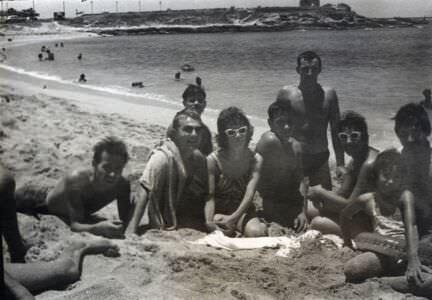 20. Чьи-то ноги, потом парень на животе лежа, а далее - я с полотенцем на плече, 1963