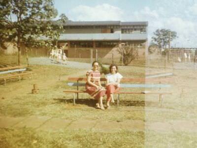 1986-1989. Родная школа. На скамейка моя мама, справа, она работала воспитателем в детском саду.