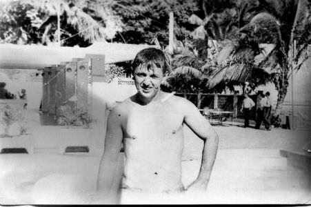 071. 1978-1979. Вова Грачёв в бассейне в клубе «Чайка». Вода в бассейне вроде есть. А то я писал когда-то, что её не было. Значит, была, просто не запомнилось мне. Купались!