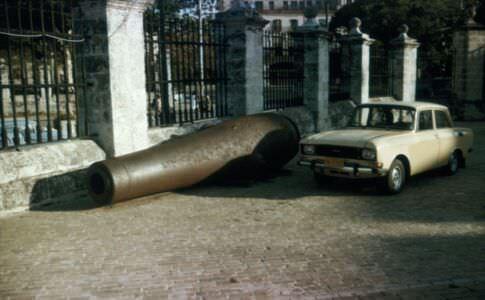 1990-05-ХХ. Пушка во дворе крепости Реал-Фуэрса, рядом автомобиль «Иж».