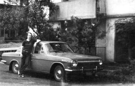 1982-1984. Анатолий Леонов у машины руководителя группы Селищева, возле Роло 4.