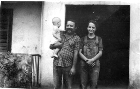 1987. Инна и сосед-кубинец Анхель, держит на руках Кристину Леонову.