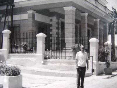 074. 1974-1975. Капитан Щербак А.И. у дома Капабланки