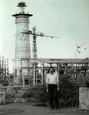 1981-1982. Фото 16. На фоне строящегося завода