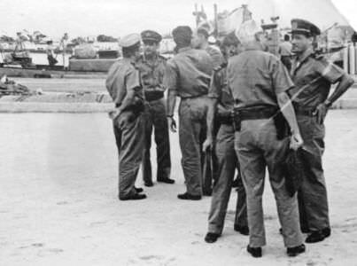 196. 1963-1964. В.А. Кузьмин с кубинскими офицерами (на заднем плане), на переднем - седой мужчина - Педро Прадо (Хуан Ламело).