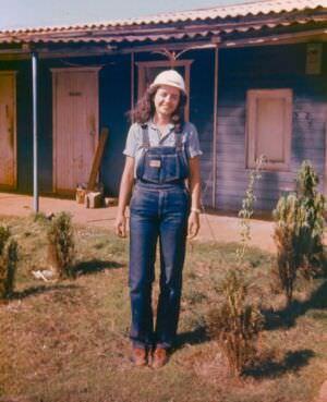 1982-1984. Фото 06. Инна Леонова у офисины авторского надзора