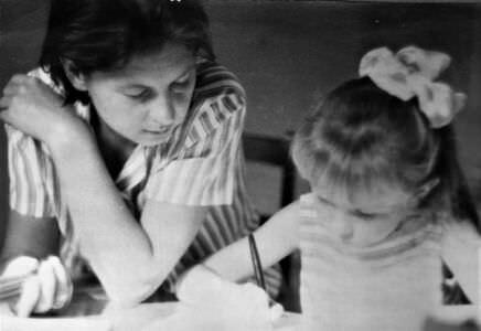 067. Нина Ивановна занимается с дочкой Светланой