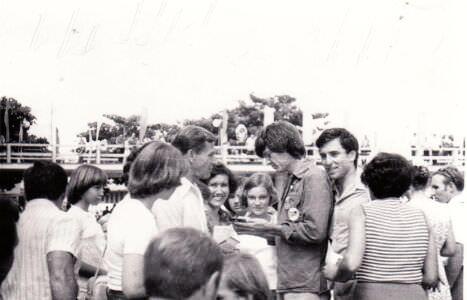1978. Дин Рид раздает автографы, 3 снимок