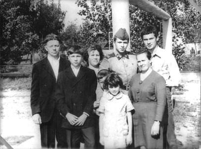 019. Родня Николая Семенова: отец, мать, брат, младший братишка, сестренка, тетушка и друг детства.