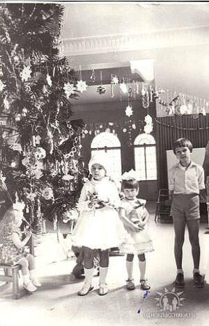 41. «Зона отдыха «Чайка», встреча 1985 года. Ёлка сделана из листьев пальмы!»