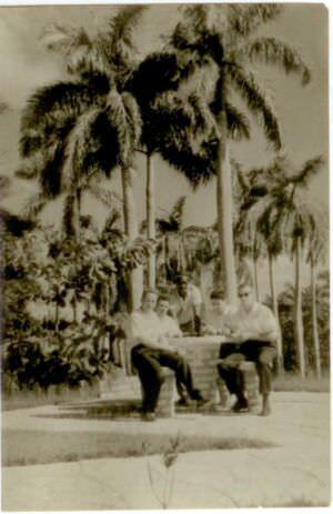 44. Попов Геннадий Александрович, Шарапов Виктор, Пушкин Юрий и Половинкин Рудольф с кубинцем. Республика Куба. 1961 г.