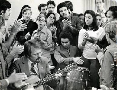 37. Судя по аккорду, мы с кубинскими детьми поем Гуантанамеру. А было это в 1979 году. Дети, учащиеся школы им. Ленина (Гавана), приехавшие на отдых по приглашению Л.И.Брежнева. Я был с ними в качестве сопровождающего и переводчика.
